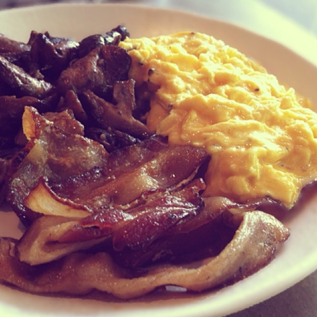 Scrambled Eggs, Bacon, Garlic Mushrooms
