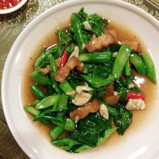 Stir-fried Kai lan with #crispy pork, every bite is so #yummy and #crunchy!