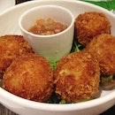 crab cakes ($16), lime leaf salsa