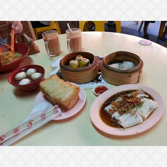 Having breakfast with grandma and uncle #dimsum and #fishballnoodles #Instafood #InstaBox