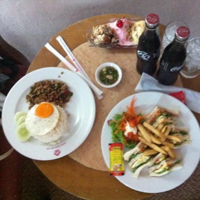Room dining in #sakurahotel  #thai #thailand #songkran #food#war #basil #enjoy #hatyai #festival