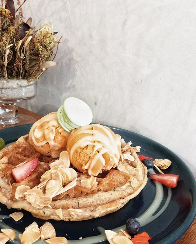 Thai Milk Tea ice-cream and Earl Grey Waffles from #LesPatisseriesSg 😋 happy Hump day everyone!