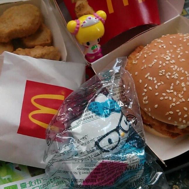 Got this #cute #HelloKitty from #happymeals #lunch #McD #TaipeiZoo #culinary #myfunfoodiary #mustvisit #taipei #zoo