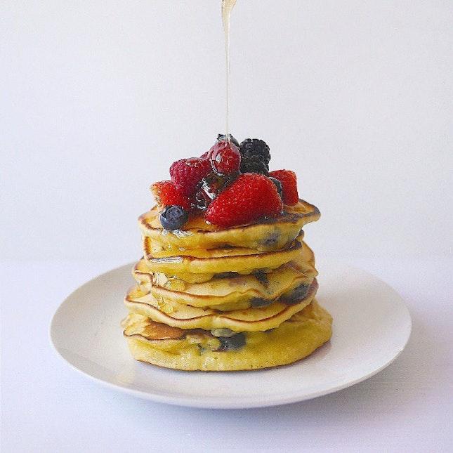 Lemon yogurt pancakes topped with fresh berries and honey 😊