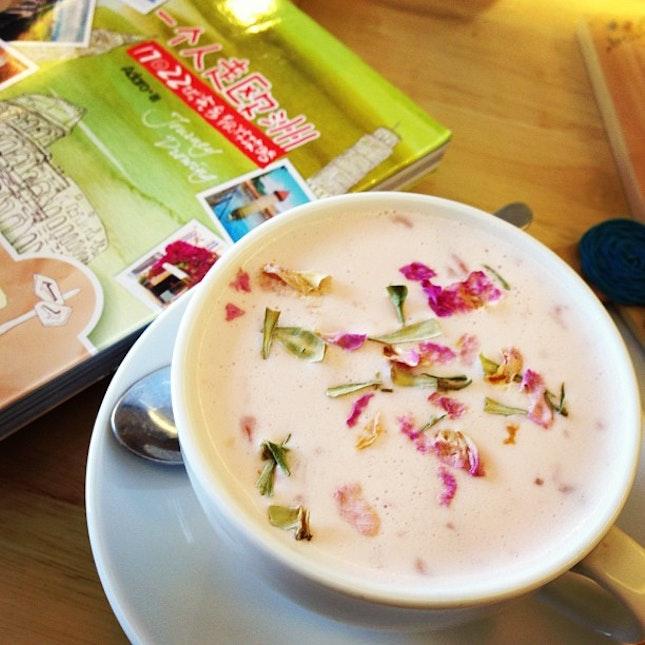 Au Lait rose #relax #aulait #rose #books #reading #cafe #throwback